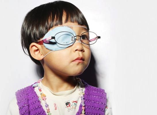 你一定见过这样戴眼镜的小孩吧? 他们是已发现并正在治疗的弱视儿童.
